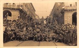 """09543 """"PARTIGIANI TORINESI ALLA LIBERAZIONE DELLA CITTA'-P.ZZA VITTORIO-APRILE 1945-FOTOGRAFO G.GHERLONE GAY"""" ORIG - Guerra, Militari"""