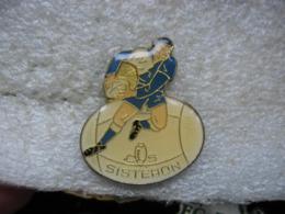 Pin's Club De Rugby De La Ville De SISTERON (Dépt 04) - Rugby
