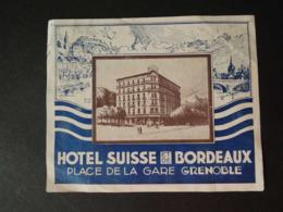 Etiquette  D'Hôtel. Luggage Label.   HOTEL  SUISSE Et De BORDEAUX. Place De La Gare à  GRENOBLE.Signé ROB DAC - Etiquettes D'hotels