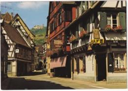 Ribeauville - Vieilles Maisons Alsaciennes Fleuries Avec Au Fond Le Chateau Saint-Ulrich - (Alsace) - Ribeauvillé