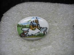 Pin's En Porcelaine De L'eglise De La Commune De DABO En MOSELLE (Dépt 57) - Villes