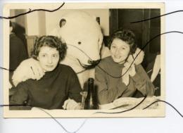 PHOTO Animée. Personnage Déguisé En Ours ,  A Table Avec Deux Femmes .Restaurant D'une Station Ski ? - Other