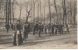 92  SAINT-CLOUD  Le Parc Devant Le Foot-Ball - Saint Cloud