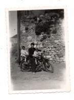 Photo De Famille Sur Moto Ancienne Motobécane  YC Seine Et Oise - Old Paper