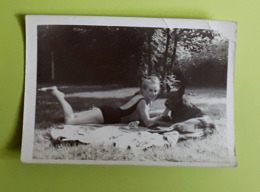 Foto/Photo : Vrouw In Badpak Met Hond | Femme En Maillot De Bain Avec Chien - 9x12.5cm - Anonieme Personen