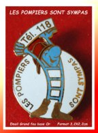 """SUPER PIN'S POMPIERS : """"LES POMPIERS SONT SYMPAS"""" Tél 118, Visuel Sympa émaillé Grand Feu Base Or, Format 3,2X2,2cm - Pompiers"""