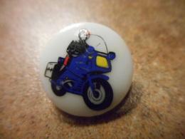 A039 -- Pin's Gendarme En Moto - Police