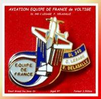 SUPER PIN'S AVIATION : EQUIPE DE FRANCE De VOLTIGE Sur DL 340, C.LESAGE Et B. DELASSALLE Email Grand Feu Base Or 3,5X3cm - Vliegtuigen