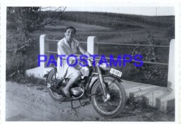 119511 REAL PHOTO MOTORCYCLE MOTO AND WOMAN PHOTO NO POSTAL POSTCARD - Motorbikes