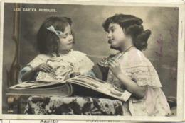 Les CARTES POSTALES  Fillettes Remplissant Un Album De Cartes Postales RV - Scènes & Paysages