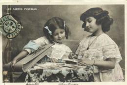 Les CARTES POSTALES  Fillettes Remplissant Un Album De Cartes Postales 2 RV - Scene & Paesaggi