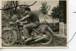 PHOTO A IDENTIFIÉE.  Un Homme Assis Sur Une Ancienne Moto. Immatriculation 1325 DU 6 - Cars