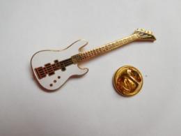 Superbe Pin's En EGF , Musique , Guitare - Musique