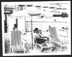 France, Plage De Juan-les-Pins, Pesonnages,ombrelle,chaises Allongées .photo Véritable  Situé Année 1951 - Persone Anonimi