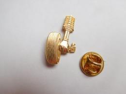 Superbe Pin's En Relief , Auto Piéces Accessoires , Amortisseur - Pin's
