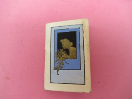Pt Calendrier De Poche /Couverture Gaufrée Dorée Et Bleue/ Femme Sentant Des Fleurs /1948     CAL457 - Calendriers