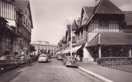 14-DEAUVILLE- PLAGE FLEURIE RUE DÉSIRÉ-LE-HOC ET LE CASINO-AUTOMOBILES ANCIENNES - Deauville