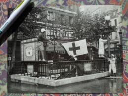 CROIX ROUGE BASTILLE METRO LIBERATION DE PARIS GUERRE WW2 PHOTO DE PRESSE 24 X 18 CmMINISTERE INFORMATION - Guerre, Militaire