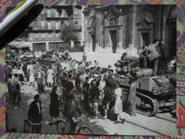CHARS EGLISE LIBERATION DE PARIS GUERRE WW2 PHOTO DE PRESSE 24 X 18 Cm PHOTO PRESSE LIBERATION - Guerre, Militaire