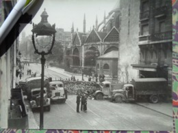 BARRICADE CAMIONS EGLISE LIBERATION DE PARIS GUERRE WW2 PHOTO DE PRESSE 24 X 18 Cm PHOTO PRESSE LIBERATION - Guerre, Militaire