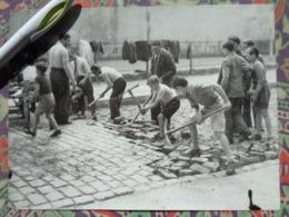 ENFANTS DEPAVANT RUE  LIBERATION DE PARIS GUERRE WW2 PHOTO DE PRESSE 24 X 18 Cm FFI PHOTO PRESSE LIBERATION - Guerre, Militaire