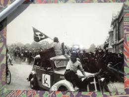 PARTI COMMUNISTE LIBERATION DE PARIS GUERRE WW2 PHOTO DE PRESSE 24 X 18 Cm PHOTO LAPI - Guerre, Militaire
