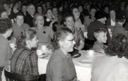 Carte Photo Originale Rires - Fou Rires & Bonne Humeur En Société Pour Femmes Riant Aux éclats Vers 1940/50 - Personnes Anonymes
