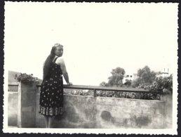 France, Ile Du Levant,Terrasse De L'hôtel Des Iles D'Or ,personnage Femme Posant.photo Véritable Situé Année 1952 - Personnes Anonymes
