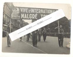 """Photo ( 18 X 24 Cm ) Défilé, Cortège Des JS LIEGE 1939 - """" Vive L'Internationale Malgré Tout """"  ( B261) - Places"""