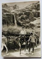 Photographie Originale Personnages Sur âne Paysage De Montagne Avec Cascade 1970 Lieu à Identifier - A Identifier