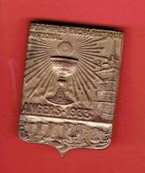 INSIGNE EN METAL 9e CONGRES EUCHARISTIQUE NATIONAL ANGERS 1933 MAINE ET LOIRE LA CATHEDRALE LE CHATEAU - Religione & Esoterismo