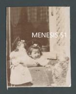 Photo Ancienne Sépia Curiosité Curiosity MONTAGE ? Visage Petite Fille Little Girl's Face Son Clone Miniature à Gauche - Photographs