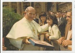Jean-Paul II Reçoit Un Cadeau De La Part D'une Fille. Bain De Foule. - Papes
