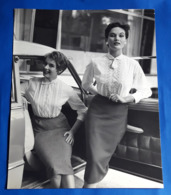 Vintage MODE/FASHION MODEL Photo, Ca. 23,5 X 29 Cm, Hübsche Frauen Am Auto, Jolie Femmes, Pretty Women [19-1460] - Pin-Ups