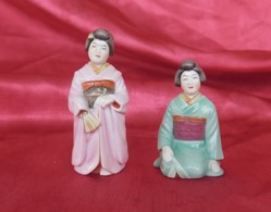 Charmantes Porcelaines Anciennes Peintes, 2 Salières En Forme De Geisha, Japon - Céramiques