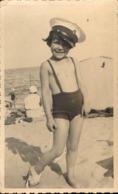 Photo Carte Enfant Torse Nu Bretelles Bandage Plage Casquette Marin Aout 1932 - Personnes Anonymes