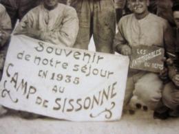 """CAMP DE SISSONNE 1935 SOUVENIR DE NOTRE SÉJOUR""""LES INFATIGABLES"""" Photographie  Photos Photo Originale Guerre,Militaire - War, Military"""