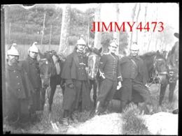 Plaque De Verre - Un Groupe De Cavaliers Militaires Dans La Campagne, à Identifier - Taille118 X 88 Mlls - Plaques De Verre