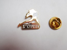 Superbe Pin's En EGF  , Pin Up , Gym , Saint Cyprien ; Pyrénées Orientales - Pin-ups