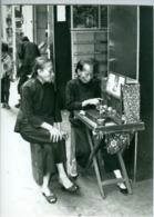 Photo Hong-Kong Une Diseuse De Bonne Aventure Avec L'aide D'une Perruche. Photo Père Nijssen Scheutiste 1989 - Lieux