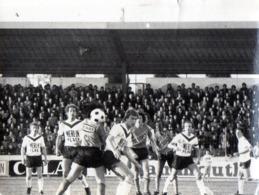 Football -  Photo - Match Laval - Bordeaux - 28 AVRIL 1977 - Vergnes, Camara, Dicaro Cafouillent Dans La Mélée Bordelais - Sport