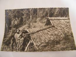 C.P.A.- Océanie - Papouasie - Missionnaire Devant Sa Hutte Eglise - Montagnes Centrales - 1930 - SUP (CQ 94) - Papouasie-Nouvelle-Guinée