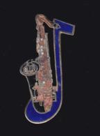 59932- Pin's.-Saxophone.signé Demons Et Merveilles.pas En Parfait Etat.. - Musique
