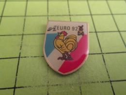 311f PINS PIN'S / Beau Et Rare : Thème SPORTS / FOOTBALL EURO 92 SUEDE COQ TRICOLORE LAPIN LIEVRE - Football