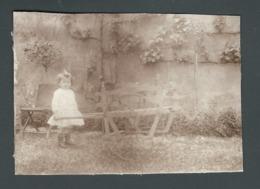 Photo Ancienne Real Foto Petite Fille Nice Little Girl  Poussant Une Brouette Trop Grande Pour Elle Wheelbarrow - Photographs