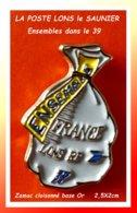 SUPER PIN'S POSTES : SAC Courrier Pour La POSTE LONS LE SAUNIER RP (39) Ensembles ZAMAC Cloisonné Or, Format 2,5X2cm - Post