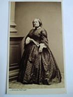Photographie Ancienne CDV. Second Empire - Femme Âgée - Mode D'époque - Éventail - Photo Arnaude, Marseille. TBE - Antiche (ante 1900)