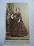 Photographie Ancienne CDV - Second Empire -- Femme Tenant Une Lettre - Coiffe - Photo Cazalis, Marseille. TBE - Ancianas (antes De 1900)
