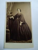 Photographie Ancienne CDV Second Empire - Femme Accoudée - Robe Larges Manches - Photo Arnaude, Marseille. TBE - Ancianas (antes De 1900)