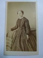 Photographie Ancienne CDV Second Empire - Femme - Robe Motif Fleuri - Photo Armand, Marseille. BE - Ancianas (antes De 1900)
